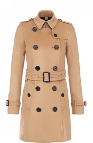 Двубортное пальто с отложным воротником и поясом Burberry. Цвет: бежевый