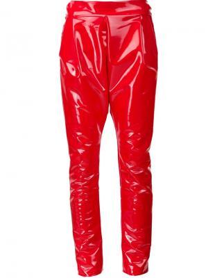 Виниловые брюки кроя  слим Les Animaux. Цвет: красный