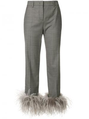 Укороченные брюки с отделкой Prada. Цвет: серый