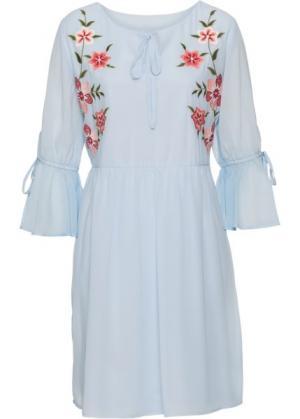 Платье с вышивкой и воланом (синяя пудра) bonprix. Цвет: синяя пудра