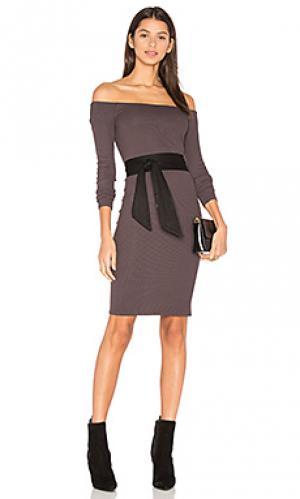 Мини платье в рубчик с открытыми плечами Enza Costa. Цвет: коричневый