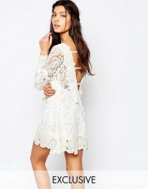 White Sand Свободное платье мини из кружева с открытой спиной. Цвет: кремовый