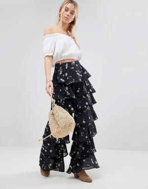 Glamorous Ярусные брюки с цветочным принтом. Цвет: черный
