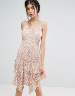 Love Triangle Кружевное платье с асимметричным подолом. Цвет: розовый