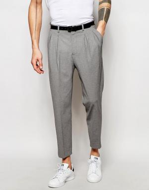 ASOS Суженные книзу строгие брюки со стрелками. Цвет: серый