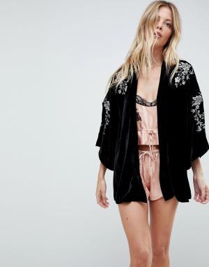 Lipsy Бархатное кимоно с вышивкой Arrie. Цвет: черный