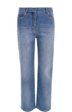 Укороченные джинсы с потертостями и заклепками Valentino. Цвет: голубой