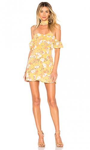 Платье со спущенными плечами luna ale by alessandra. Цвет: желтый