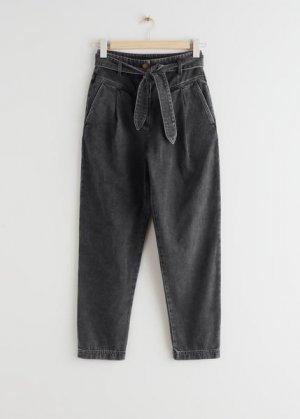 Зауженные джинсы с высокой талией и поясом &Other Stories. Цвет: черный