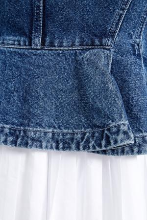 Джинсовая куртка с плиссированным воланом Alexander McQueen. Цвет: голубой