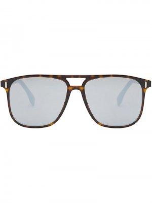 Солнцезащитные очки в массивной оправе Fendi Eyewear. Цвет: коричневый