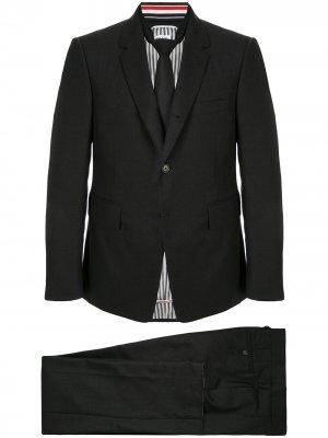 Однобортный укороченный костюм Thom Browne. Цвет: серый