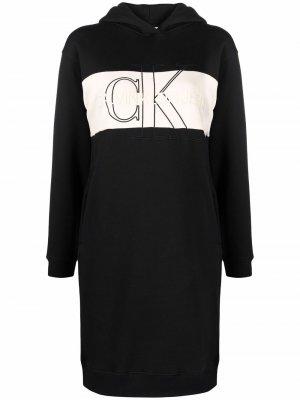 Платье-худи с вышитым логотипом Calvin Klein Jeans. Цвет: черный