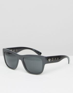 Солнцезащитные очки в квадратной оправе с заклепками по бокам Versace. Цвет: серый