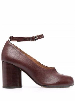 Туфли Tabi с ремешком на щиколотке Maison Margiela. Цвет: коричневый