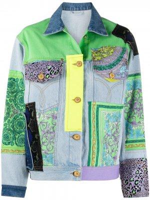 Джинсовая куртка в технике пэчворк Versace. Цвет: синий