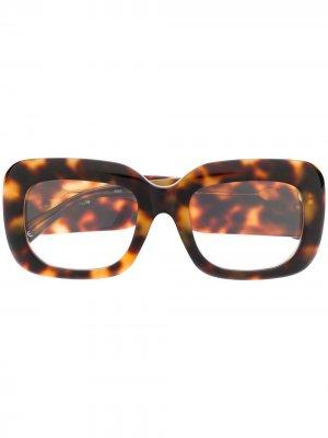 Очки в квадратной оправе черепаховой расцветки Linda Farrow. Цвет: коричневый