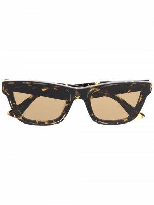 Солнцезащитные очки в оправе черепаховой расцветки Bottega Veneta Eyewear. Цвет: коричневый