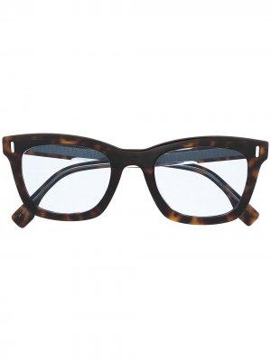 Солнцезащитные очки черепаховой расцветки Fendi Eyewear. Цвет: коричневый