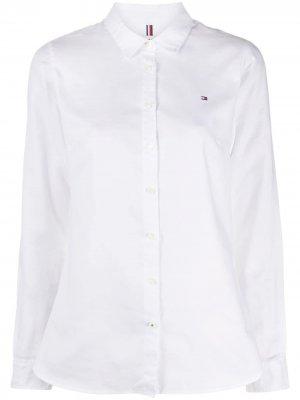 Рубашка с вышитым логотипом Tommy Hilfiger. Цвет: белый