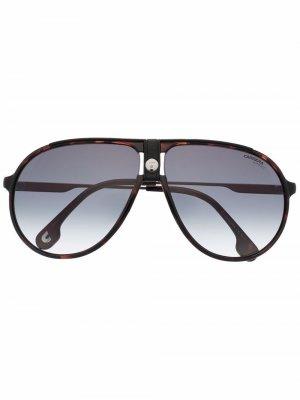 Солнцезащитные очки-авиаторы с логотипом Carrera. Цвет: коричневый