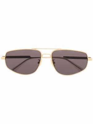 Солнцезащитные очки в прямоугольной оправе с двойным мостом Bottega Veneta Eyewear. Цвет: золотистый