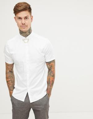 Приталенная рубашка с цепочкой на воротнике ASOS DESIGN. Цвет: белый