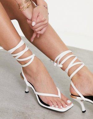 Белые сандалии с каблуком-рюмочкой и завязкой на щиколотке -Белый River Island