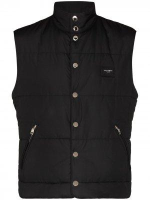 Дутый жилет с нашивкой-логотипом Dolce & Gabbana. Цвет: черный