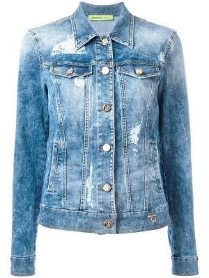 Джинсовая куртка с рваными деталями Versace Jeans. Цвет: синий
