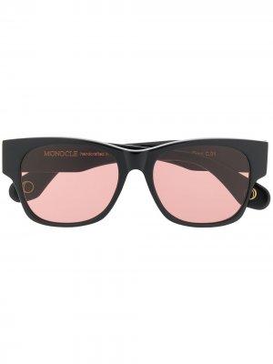 Затемненные солнцезащитные очки в квадратной оправе Monocle Eyewear. Цвет: черный