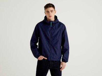 Куртка-дождевик с капюшоном Benetton. Цвет: синий