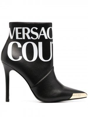 Ботильоны с металлическим носком и логотипом Versace Jeans Couture. Цвет: черный