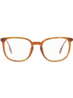 Очки в квадратной оправе с монограммой Burberry. Цвет: коричневый