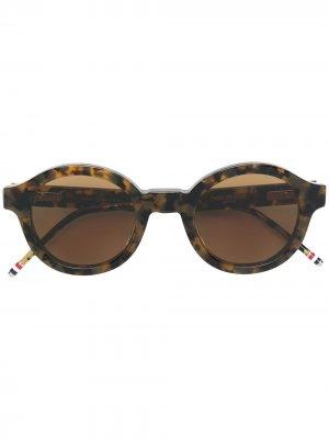 Солнцезащитные очки в круглой черепаховой оправе Tokyo Thom Browne Eyewear. Цвет: коричневый