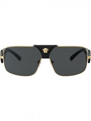 Солнцезащитные очки в прямоугольной оправе Versace Eyewear. Цвет: золотистый