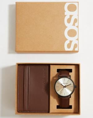 Подарочный набор с часами и визитницей из кожи коричневого цвета ASOS DESIGN. Цвет: коричневый