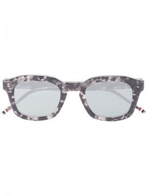 Солнцезащитные очки в квадратной оправе Thom Browne Eyewear. Цвет: серый