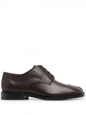 Туфли Tabi на шнуровке Maison Margiela. Цвет: коричневый