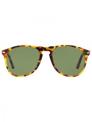 Солнцезащитные очки в круглой оправе черепаховой расцветки Persol. Цвет: коричневый