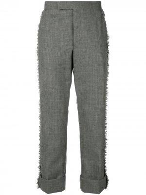 Классические брюки с необработанными краями Thom Browne. Цвет: серый