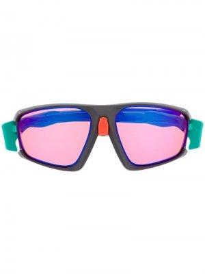 Солнцезащитные очки с затемненными линзами в квадратной оправе Oakley. Цвет: зеленый