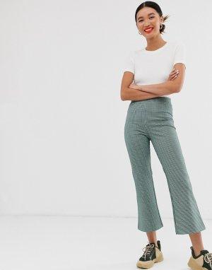 Трикотажные расклешенные брюки в разноцветную клетку -Мульти Monki