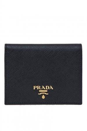 Черный кожаный кошелек с золотистым логотипом Prada. Цвет: черный