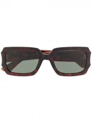 Солнцезащитные очки в квадратной оправе с логотипом Moschino Eyewear. Цвет: коричневый