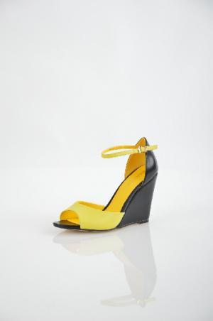 Inario Босоножки. Цвет: желтый