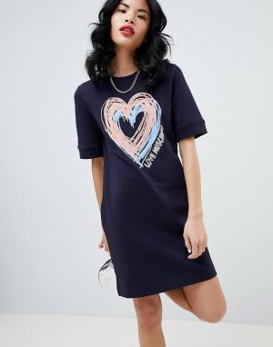 Белое платье с принтом сердец Love Moschino. Цвет: синий