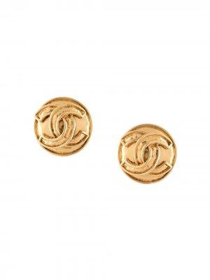 Серьги-клипсы 1994-го года с логотипом CC Chanel Pre-Owned. Цвет: золотистый