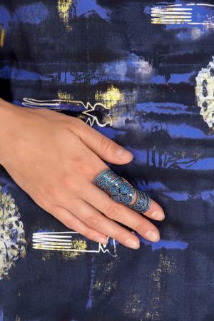 Кольцо с кристаллами Knuckle ring Aamaya by Priyanka. Цвет: синий