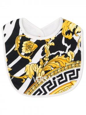 Нагрудник с вышитым логотипом Young Versace. Цвет: белый